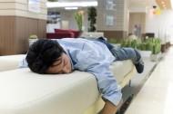 男性休息睡觉图片_5张