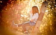 秋天的落叶与孩子唯美图片_10张