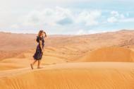 沙漠上行走的人图片_13张