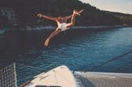 准备跳入水中的人物图片_13张