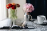 桌上的杂志和鲜艳的鲜花图片_12张