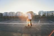 人们踩在滑板上的图片_11张