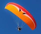 在天空悠闲飞行的滑翔伞图片_15张