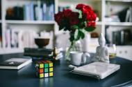 办公桌上的红玫瑰图片_11张
