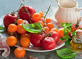 没有成熟的西红柿的味道是酸溜溜的 成熟的就又甜又香