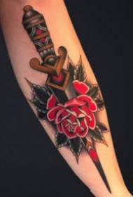 红色玫瑰花与刀具匕首结合的纹身图案