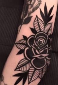 黑色的一朵玫瑰花朵纹身图案