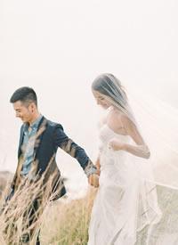 蓝天为媒,大海为证 穿着婚纱,嫁给爱情