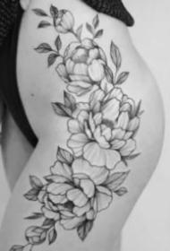 女士性感大腿上的素花纹身作品图片
