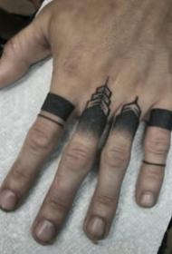纹在手指上的一组简约小纹身图片