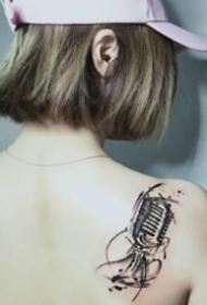 音乐爱好者喜欢的个性麦克风纹身图案