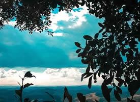 天晴得像一张蓝纸加上几片薄薄的白云