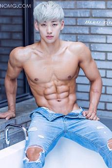 身材超棒的白发肌肉帅哥浴室秀腹肌性感摄影写真图片