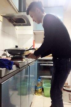 气质小鲜肉帅哥厨房做饭生活写真图片