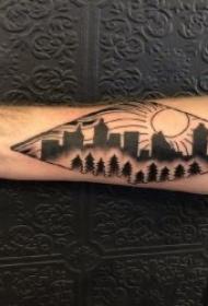 男生小手臂上黑灰纹身松树图案和建筑物图