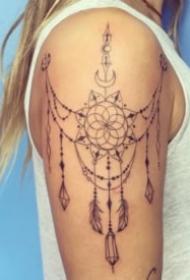 女生肩部好看的蕾丝链纹身图案