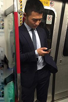 成熟稳重的西装帅哥地铁被拍图片曝光