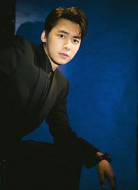 李易峰身着一身黑色正装,优雅内敛,尽显迷人风范