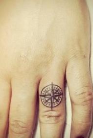 戒指纹身图案 10张黑灰色调的手指上小清新戒指纹身图案