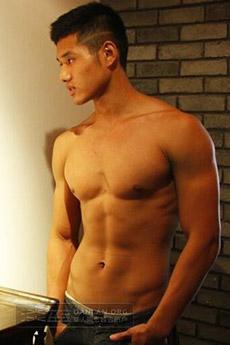 帅气的肌肉男生展示自己的性感肌肉图片