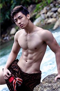 性感帅哥河边秀肌肉外拍写真图片