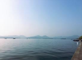 西湖的早晨,流淌着清静,带着微风