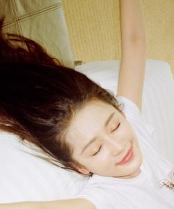 李沁慵懒随性生活照图片