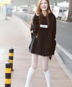 叶子淇超短裙白丝街拍写真图片