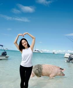 王智性感悠闲海边写真图片