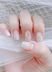 一组华丽闪亮的白色新娘美甲图片
