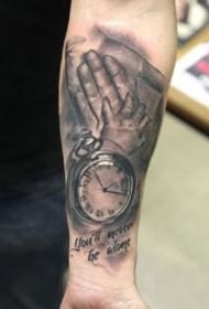 牵手纹身 象征父爱母爱的大手牵小手纹身作品