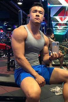 紧身背心肌肉男帅哥自拍照