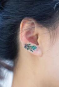 耳朵上的9张极简色彩小纹身图片