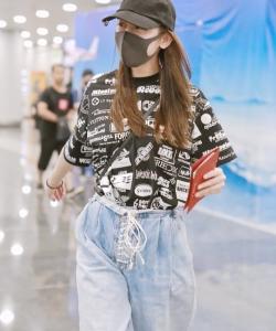 迪丽热巴俏皮机场私服图片
