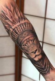 狮子纹身 包小臂的一组写实风格的狮子纹身图案