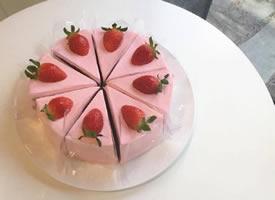 一组粉粉的美味草莓蛋糕图片欣赏