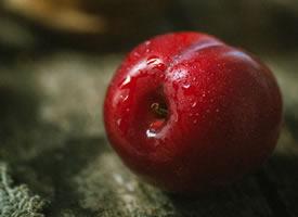一组酸酸甜甜的红红的李子图片
