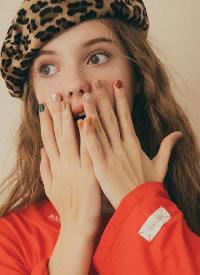 俄罗斯美少女的慵懒卷发图片欣赏