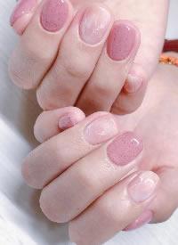 一组温柔的水粉色美甲,简单而不浮夸