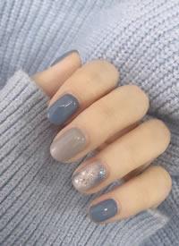 一组简单清爽的灰蓝色美甲图片欣赏