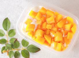 一个大大的芒果切成块更好吃哦