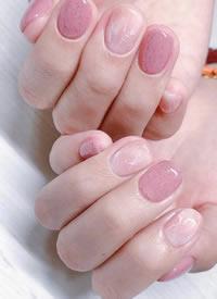 一波温柔的水粉色简单美甲图片欣赏