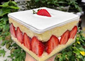 一组美味与颜值并存的草莓蛋糕盒子