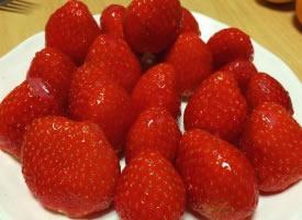 一组柔嫩汁多的草莓图片
