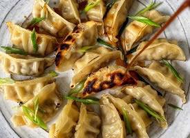 一组美味蒸饺煎饺图片