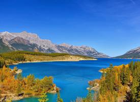 清新静谧的湖泊风景桌面壁纸