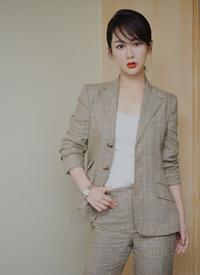 杨紫超A干练西装写真图片