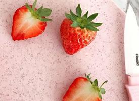 一组酸酸甜甜的可爱小草莓图片