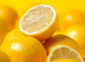 水透清凉的柠檬图片