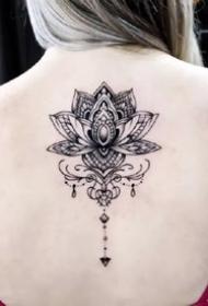 一组彩色花朵女生纹身图案欣赏